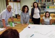 Berufsbildner, Lehrpersonen und Lernende hielten Gedanken zu den Berufsinformationsangeboten auf dem Papiertischtuch fest. (Bild: ck)