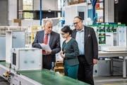 In der Fabrik von Forster Swiss Home AG: Produktionsleiter Heinz Baumgarten, CEO Ipek Demirtas und VR-Präsident Max Müller. (Bild: Reto Martin)