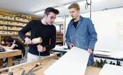 Robin Saxer (links) und Elio Castioni arbeiten im Werkraum an ihren Projekten. (Bild: Werner Schelbert (Sins, 4. Mai 2018))