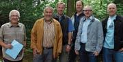An dieser Stelle sollte nach ihrem Willen bald der Bike-Parcours Bärenhölzli in Marbach entstehen (von links): René Zünd (Initiant), Ernst Schönauer (Präsident Ortsgemeinde Rebstein), Josef Benz (Revierförster), Ruedi Graf, Jürg Hengartner (Ortsgemeinde), Guido Halter (Initiant). (Bild: ys)