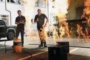 Erich Frey (rechts) und Thomas Drosos tüfteln an der Pyrotechnik für die Winnetou-Freilichtspiele. (Bild: Corinne Glanzmann (Hochdorf, 9. Mai 2018))