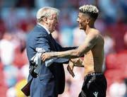 Roy Hodgson freut sich mit Spieler Patrick van Aanholt über den Ligaerhalt. (Bild: Getty (Stoke on Trent, 5. Mai 2018))