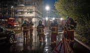 25 Mann der Feuerwehr Nesslau üben in der zweigeschossigen Tiefgarage des Neubaus. (Bilder: PD)