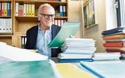 Christian Herrmann ordnet Unterlagen in seinem Büro bei der Firma BHAteam in Frauenfeld. (Bild: Donato Caspari)