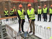 Zentralbahn-Geschäftsführer Michael Schürch und Regierungsrat Niklaus Bleiker posieren an der Grundsteinlegung am Freitag. (Bild: PD)