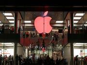 Der US-amerikanische Grosskonzern Apple hat jahrelang von Steuerdeals mit Irland profitiert. Auf Druck der EU-Kommission musste Apple schliesslich 13 Milliarden Euro an den irischen Fiskus zurückzahlen. (Bild: KEYSTONE/AP/KIN CHEUNG)