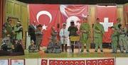 Martialische Inszenierung: Türkischstämmige Schüler spielen in der Mehrzweckhalle Uttwil die Schlacht von Gallipoli nach. (Bild: «Sonntags-Blick»)