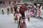 Reto Indergand freut sich über den Sieg beim Rad-Bergklassiker. (Bild: Urs Hanhart (Bristen, 10. Mai 2018))