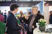 Flurina Valsecchi, stellvertretende Chefredaktorin, im Gespräch mit Leser Armin Kaspar aus Meggen. (Bild: Pius Amrein (Luzern, 2. Mai 2018))