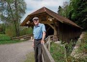 Robert Strässle vor der Hergiswaldbrücke. Der Jakobsweg führt in der Nähe der Brücke vorbei. (Bild: Corinne Glanzmann (Kriens, 23. April 2018))