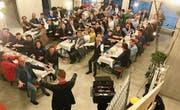 Selim Tolga, Zauberer aus Mönchaltorf, unterhielt die Gäste in der künftigen Kundenhalle des Bankneubaus. (Bild: Andrea Häusler)