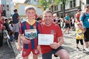 Adrian Gisler aus Eschenbach mit seinem Sohn Nico. (Bild: Roger Zbinden)