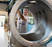 Die Angestellten von GE Schweiz hoffen noch immer, dass nicht sie es sind, die in die Röhre gucken. (Bild: Gaëtan Bally/Keystone (22. August 2012))