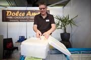 Geschäftsmann mit pfiffiger Idee: Peter von Burg (56) präsentiert seine Styroporbox mit Trockeneis an der Luga. Hiermit versendet er seine Glace in die ganze Schweiz. (Bild: Jakob Ineichen (Luzern, 4. Mai 2018))
