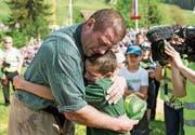 Martin Grab umarmt seinen Sohn Stephan nach dem 125. Kranzgewinn am Schwyzer Kantonalen. Bild: Alexandra Wey/Keystone (Sattel, 6. Mai 2018) (Bild: Alexandra Wey/Keystone (Sattel, 6. Mai 2018))