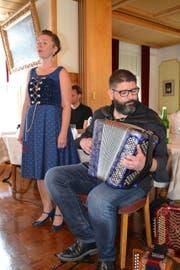 Begleitet von Markus Flückiger am Akkordeon verabschiedete sich Nadja Räss mit einem kleinen Konzert. (Bild: Adi Lippuner)