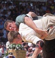 Bei den Eidgenössischen reichte es immer zum Kranz: der 6. Gang in Nyon 2001 gegen Jörg Käser. (Bild: Ruth Tischler (Nyon, 25. August 2001))