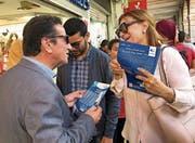 Souad Abderrahim, Kandidatin für das Bürgermeisteramt von Tunis, beim Wahlkampf. (Bild: Katharina Eglau)