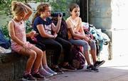 Zwischen Sackhüpfen und Hindernisparcours brauchen die Mädchen und Buben auch einmal eine Pause. (Bilder: Rossella Blattmann)