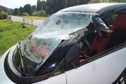 Auf der Ratenstrasse hat ein Traktor einen Smart übersehen und seitlich aufgeschlitzt. Wie durch ein Wunder wurde der Autofahrer nur leicht verletzt. (Bild: PD)