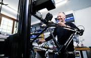 Erwin Iten freut sich auf viele Kunden in seiner neuen Werkstatt in Cham. Bild: Stefan Kaiser (11. Mai 2018)