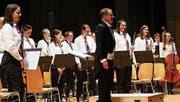 Herzhafter Applaus für «Symphonic Concert»: Dirigent Daniel Ritter und seine Musiker bedanken sich beim Publikum. (Bild: Thomas Widmer)