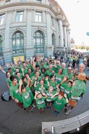 Die Jubiläumsvertretung des Luzerner SC: 50 Läufer bilden die Hundertfüssler. (Bild: Roger Zbinden)