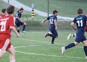 Die Ebnat-Kappler in der Vorwärtsbewegung. Die Tore 11, 12 und 13 hätten ebenfalls fallen können. Für die Mannschaft um Trainer Jörg Stadelmann geht's schon heute mit dem Heimspiel gegen Bazenheid II weiter. (Bild: Walter Züst)