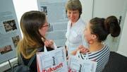 Annemarie Diehl, Leiterin und Berufs- sowie Laufbahnberaterin, im Gespräch mit zwei Frauen, die sich informierten. (Bild: Roland P. Poschung)