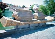 Aus einem sechseinhalb Meter langen Stück des Nestlé-Mammutbaumes hat Daniel Züsli die Skulptur «Zurückschauen und sich vorwärts bewegen» geschaffen.