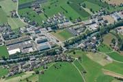 Die Halle soll auf der Wiese links vom bestehenden Kasernenareal zu stehen kommen (linker Bildrand). (Bild: PD)