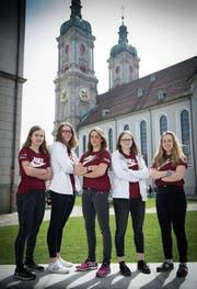 Luisa Cotti (2. von rechts) mit dem Spielerrat des U19-Nationalteams vor der Kathedrale. (Bild: Ralph Ribi)