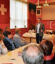 Der Bündner SP-Grossrat Jon Pult forderte bei seiner 1.-Mai-Rede in Rorschach vehement die Lohngleichheit. (Bild: Ramona Riedener)