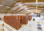 Blick in die neu erstellte Logistikhalle der Mineralquelle Bad Knutwil, die 6 Millionen Franken gekostet hat. (Bild: PD)