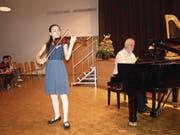 Die Geigerin Anju Hunziker aus Hergiswil holte sich mit ihrem Vortrag Höchstnoten und durfte – begleitet am Klavier von David Sonder – am Abschlusskonzert teilnehmen. (Bild: Kurt Liembd (Stans, 6. Mai 2018))