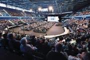 2644 Aktionäre der Zuger KB fanden sich in der Bossard-Arena ein. Auch dieses Jahr erhielten am Ende alle den traditionellen Zuger Kirsch. (Bild: Werner Schelbert (5. Mai 2018))
