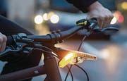 Mit seinen Blinker will das Start-up-Unternehmen Velohub einen Beitrag zu mehr Sicherheit bieten. Sie blinken und sind auch Bremslicht. Sie werden per USB-Anschluss geladen und per Magnet fixiert. (Bild: PD)
