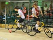 Rafael Artho (am Ball) und Björn Vogel lösen einen Angriff aus. (Bild: Urs Nobel)
