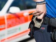 Der Anrufer der Falschmeldung wurde von der Polizei abgeführt und zu einem Arzt gebracht. (Symbolbild) (Bild: KEYSTONE/GIAN EHRENZELLER)