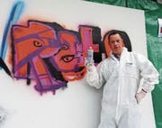 Reto Reiser aus Buochs zeigt sein Graffiti, das er am Anlass gesprayt hat. (Bild: Flavia Niederberger (Stans, 5. Mai 2018))