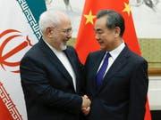 Chinas Aussenminister Wang Yi (rechts) sagt am Sonntag dem Aussenminister Irans, Mohammed Dschawad Sarif, strategische Hilfe bei der Frage um das iranische Atomabkommen mit den Westmächten zu. (Bild: KEYSTONE/AP Pool Reuters/THOMAS PETER)