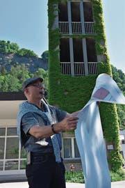 Pfarrer Rolf Kühni betrachtet den Plan zur Neugestaltung der Zwinglikirche. Dabei soll es auch eine Rutschbahn geben. (Bild: Michael Kohler)