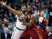 Clevelands Superstar LeBron James (rechts) zog im Duell mit Marcus Morris von den Boston Celtics eindeutig den Kürzeren (Bild: KEYSTONE/AP/MICHAEL DWYER)