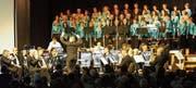 Die Brass Band Ostschweiz und der 60voices-Chor aus Zuzwil spannten am letzten Tag der Kulturbühne in der Zuzwiler Turnhalle zusammen. (Bild: PD)