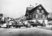 Bei schönem Wetter fuhren oben offene Busse. Saurer-Postautos mit Anhänger am Bahnhof Nesslau um 1925. (Bild: PD)