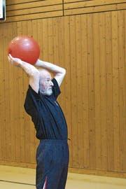 «Fit wie ein Turnschuh» zeigt sich Felix Achermann in der Turnhalle. (Bild: Franz Hess)