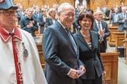 Johann Schneider-Ammann und Doris Leuthard werden von der Vereinigten Bundesversammlung zu ihrer Wahl zum Bundespräsidenten respektive zur Vizepräsidentin des Bundesrats für das Jahr 2016 geehrt. (Bild: Lukas Lehmann/Keystone (Bern, 9. Dezember 2015))