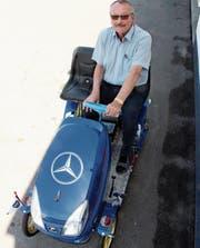 Sepp Kuster wird auch seine Enkel auf seinem Elektrocabrio Platz nehmen lassen. (Bilder: Gert Bruderer)