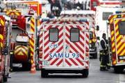 Eine Ambulanz in Frankreich unterwegs zu einem Einsatz (Symbolbild). (Bild: Etienne Laurent / EPA)