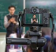 Eine Kamera nimmt den Videoblog eines Lehrers in einem Schulzimmer auf. (Bild: Getty)